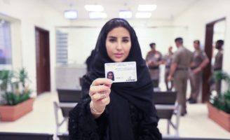 Esraa Albuti, directrice exécutive chez Ernst & Young montrant son permis de conduire délivré par la Direction générale de la circulation à Riyadh, ce lundi – Ministère de l'Information saoudien via Arab News