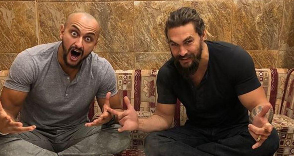 L'interprète de Khal Drogo dans la série à succès Game of Trones a pu savourer une kasba, plat typique saoudien, à la manière des locaux, dans une dewaniya.