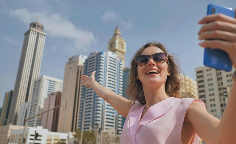 A girl is taking a selfie in Dubai / Une fille prend un selfie à Dubai
