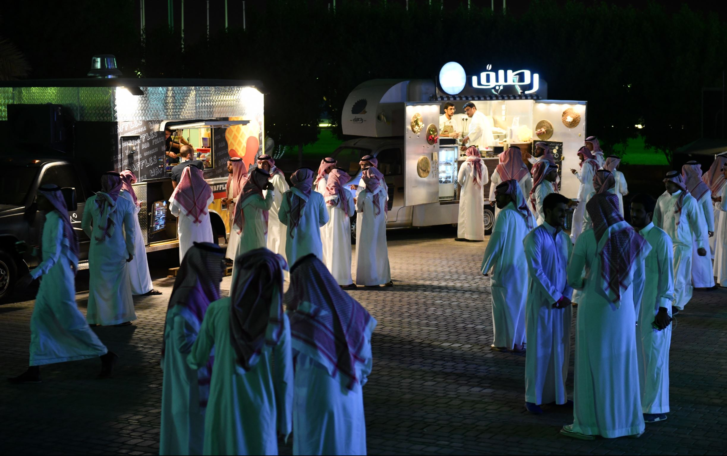 Les food-trucks devant la salle de concert.