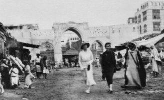 La Princesse Alice marche dans les rues de Djeddah.