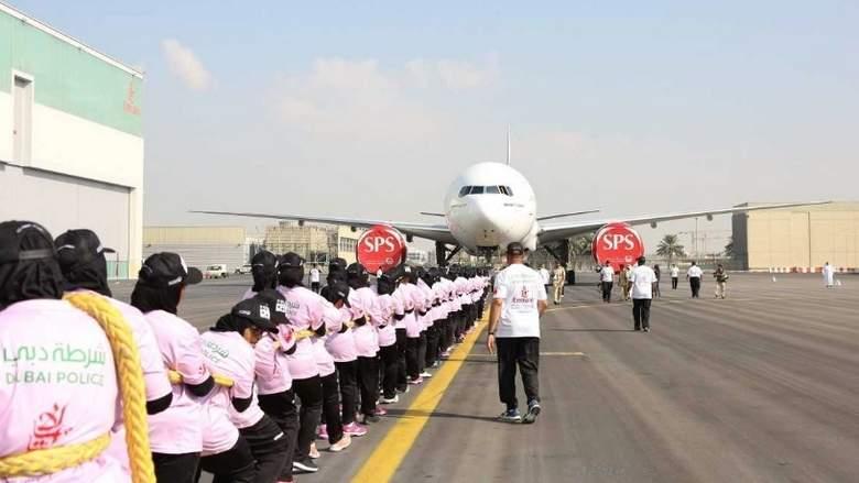 Insolite : des femmes de la police de Dubaï établissent un record du monde en tirant un avion de ligne