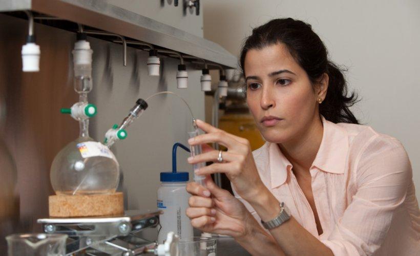 Adah Almutairi dans son laboratoire à l'Université de San Diego © UC San Diego