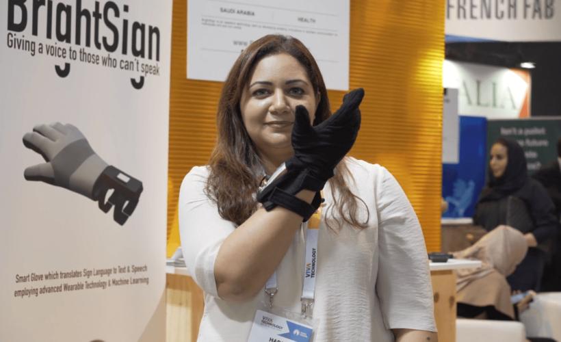 Hadeel Ayoub présente son gant innovant BrightSign, sur le Salon Viva Tech