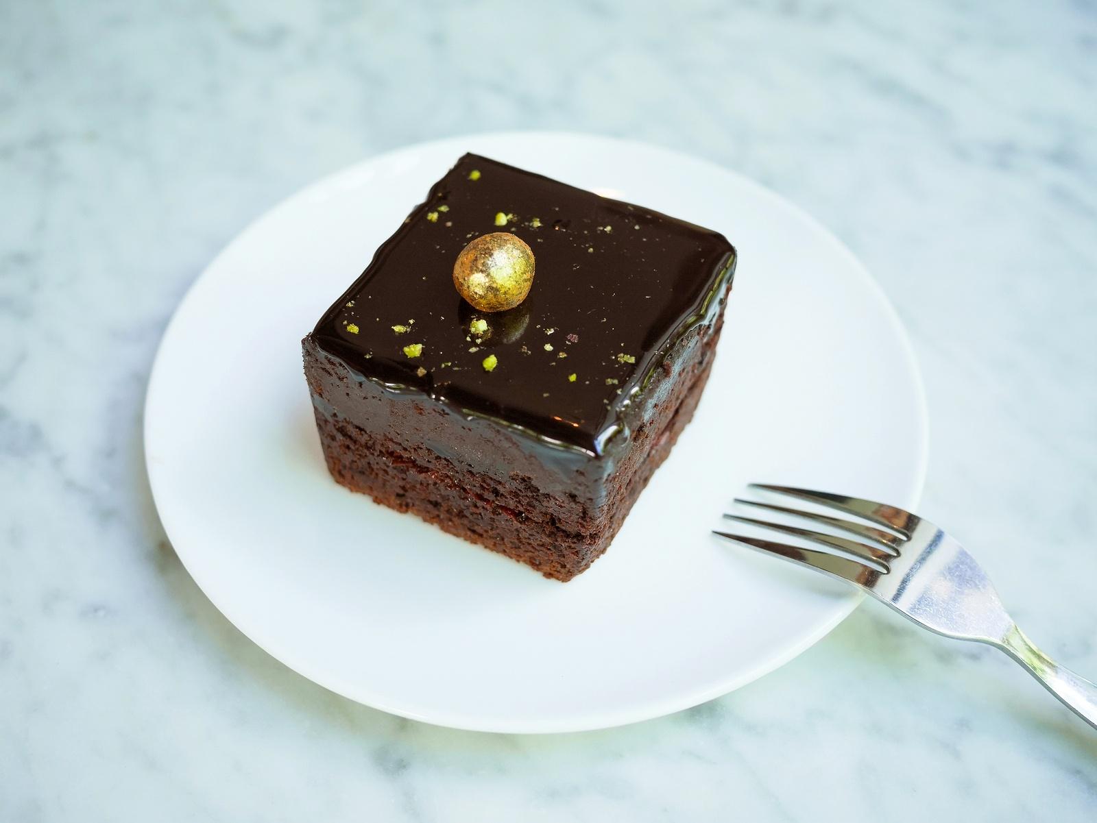 Gâteau au chocolat à la feuille d'or comestible © p_saranya