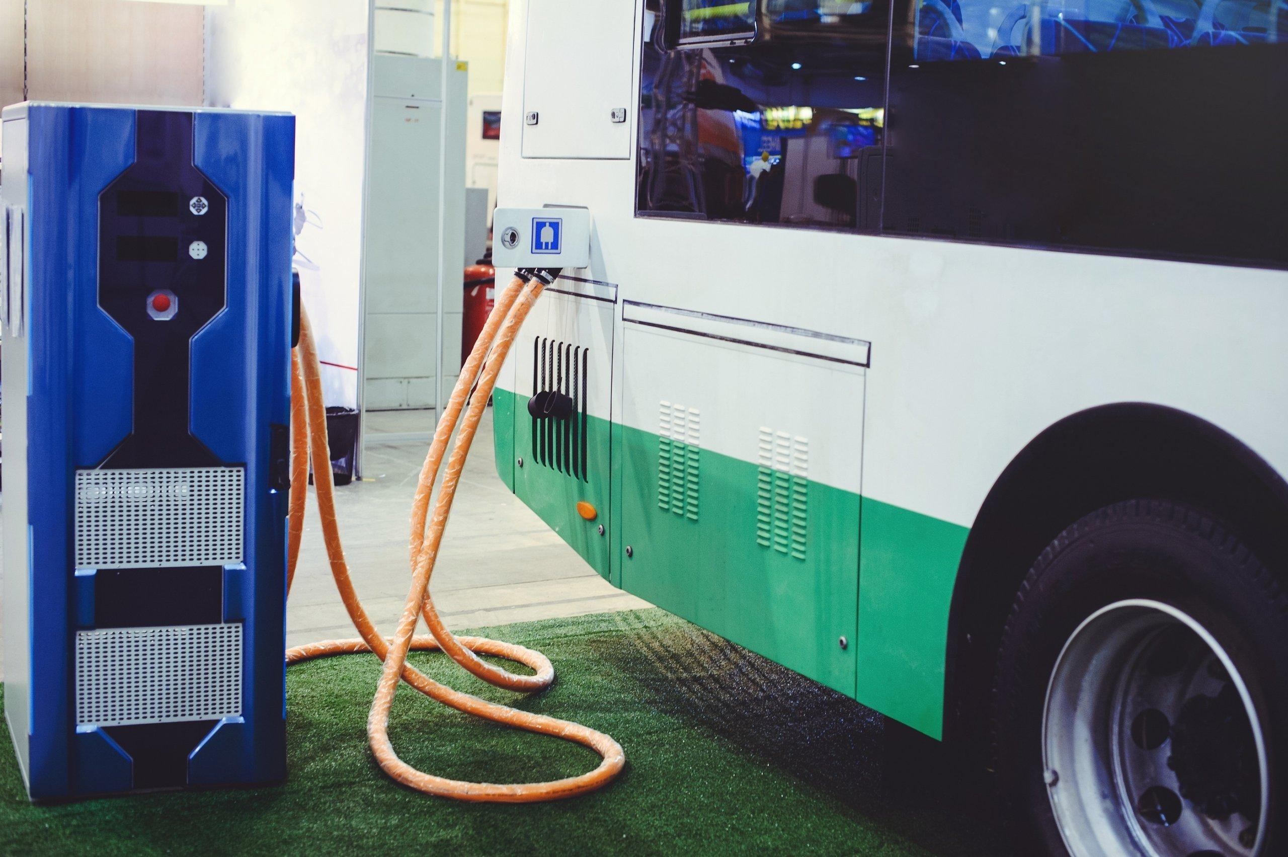 Abu Dhabi lance le premier bus de tourisme électrique du Moyen-Orient © Ruslan Sitarchuk