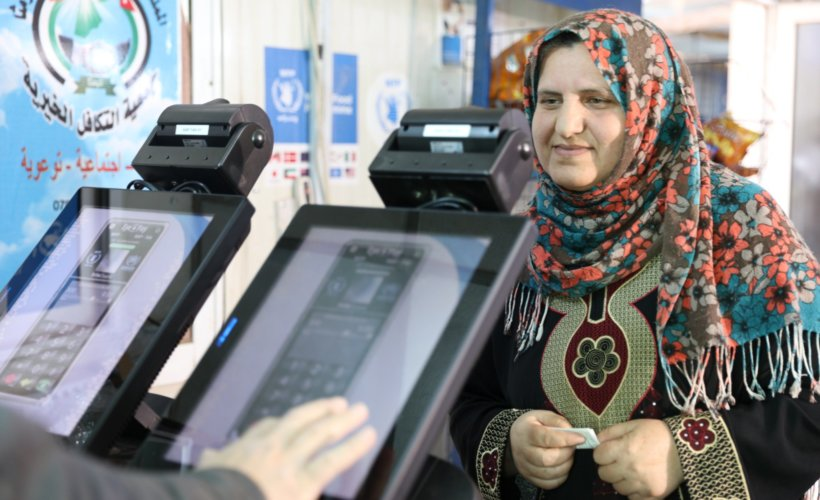 D'un simple scan de l'iris, les clients règlent leur courses © WFP
