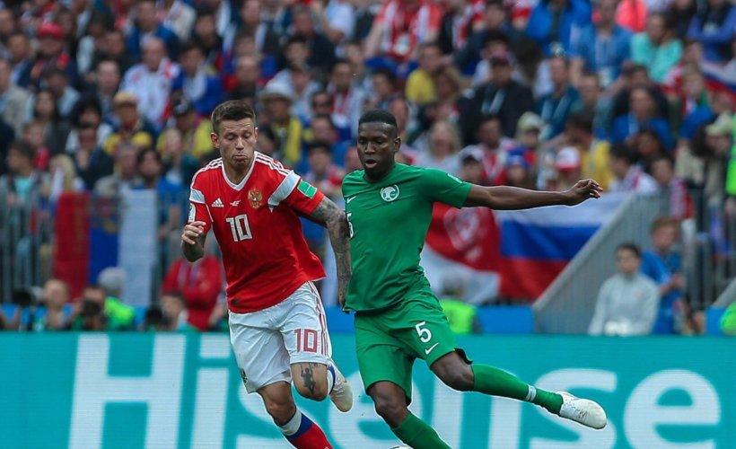 Le Saoudien Omar Hawsawi au duel avec Fyodor Smolov © Saudi National Team